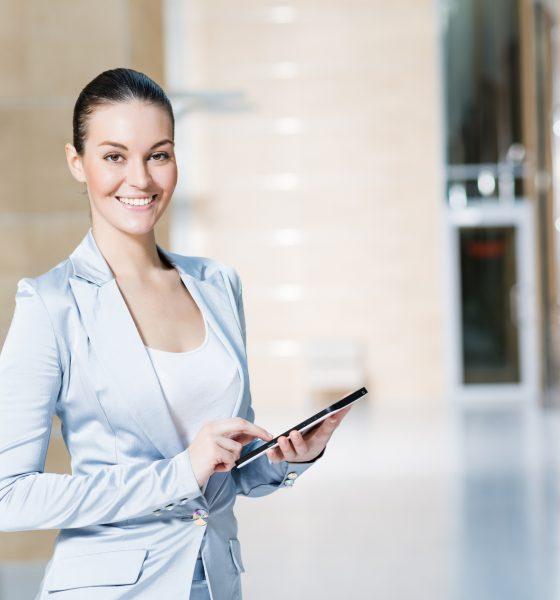 Forretningskvinde med tablet i hånden