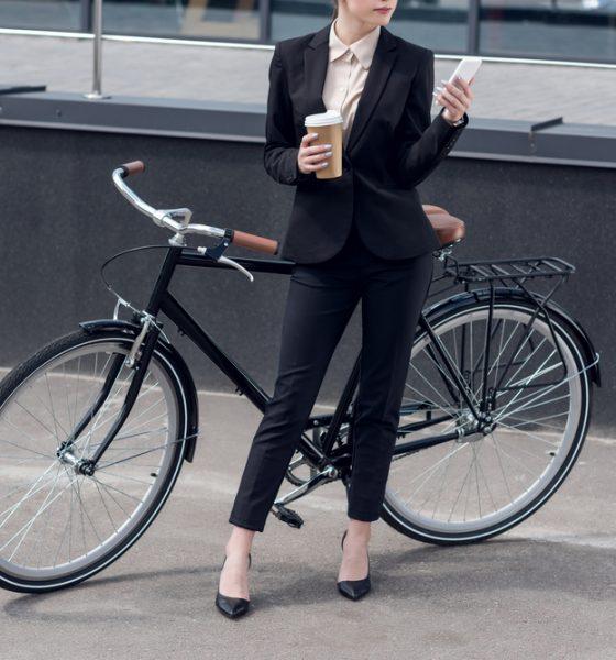 kvinde med hendes cykel