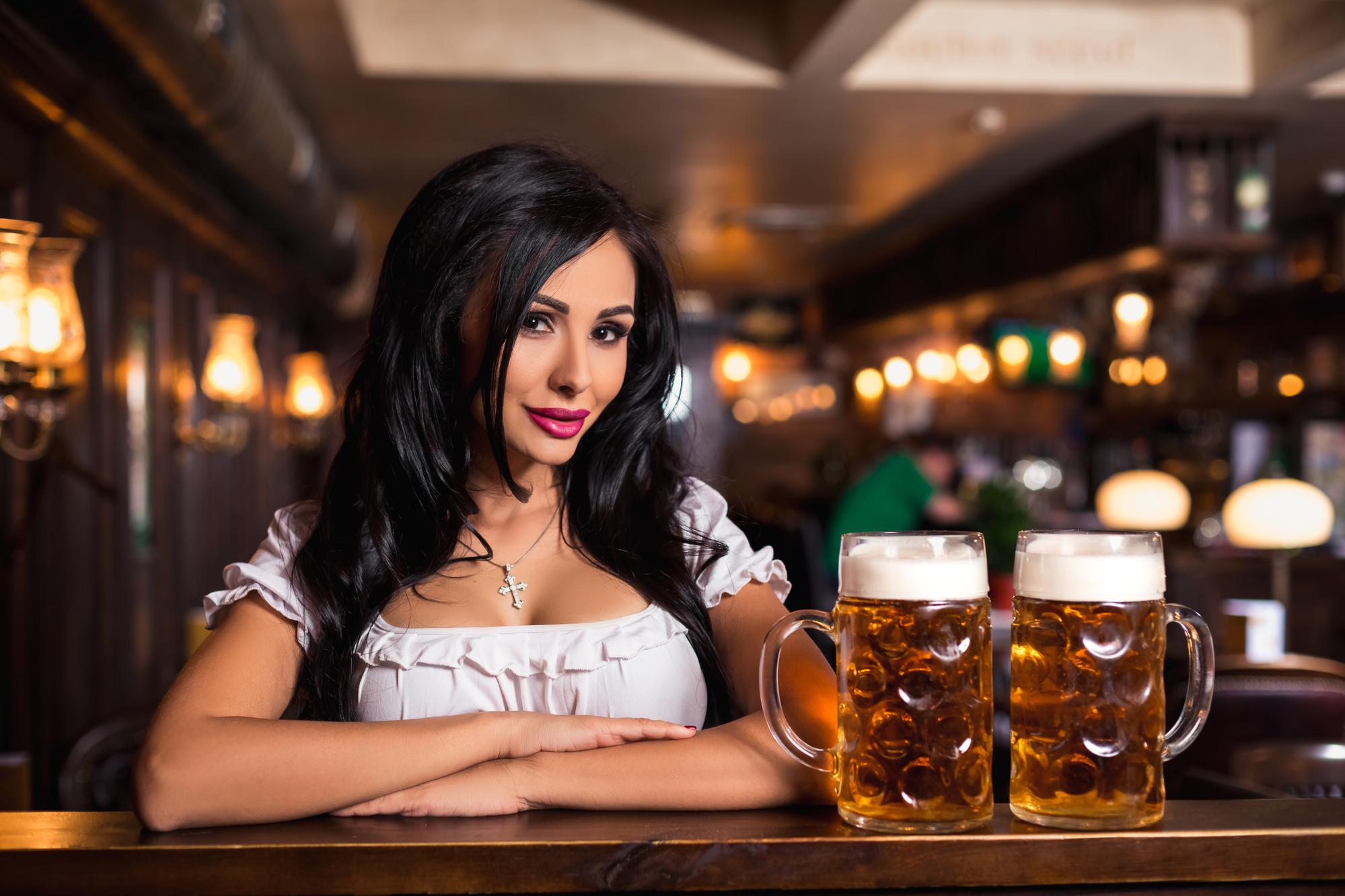 Kvinde på bar