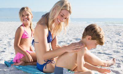 Mor og børn på stranden