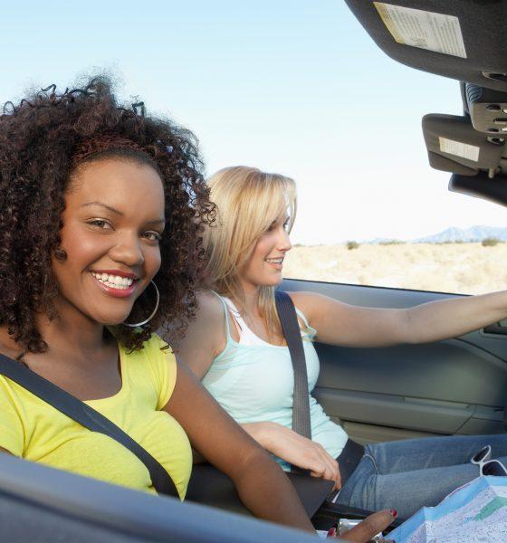 Kvinde kører bil