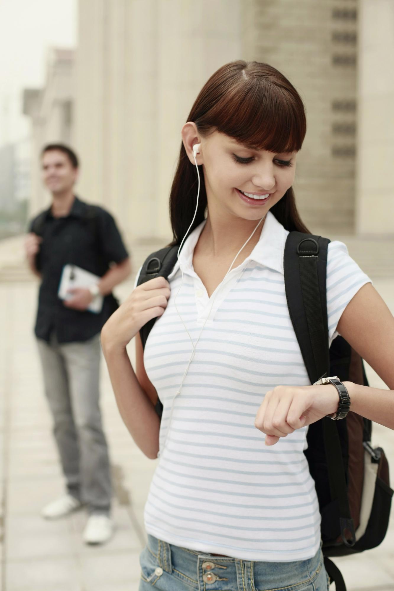 Ung kvinde tjekker klokken