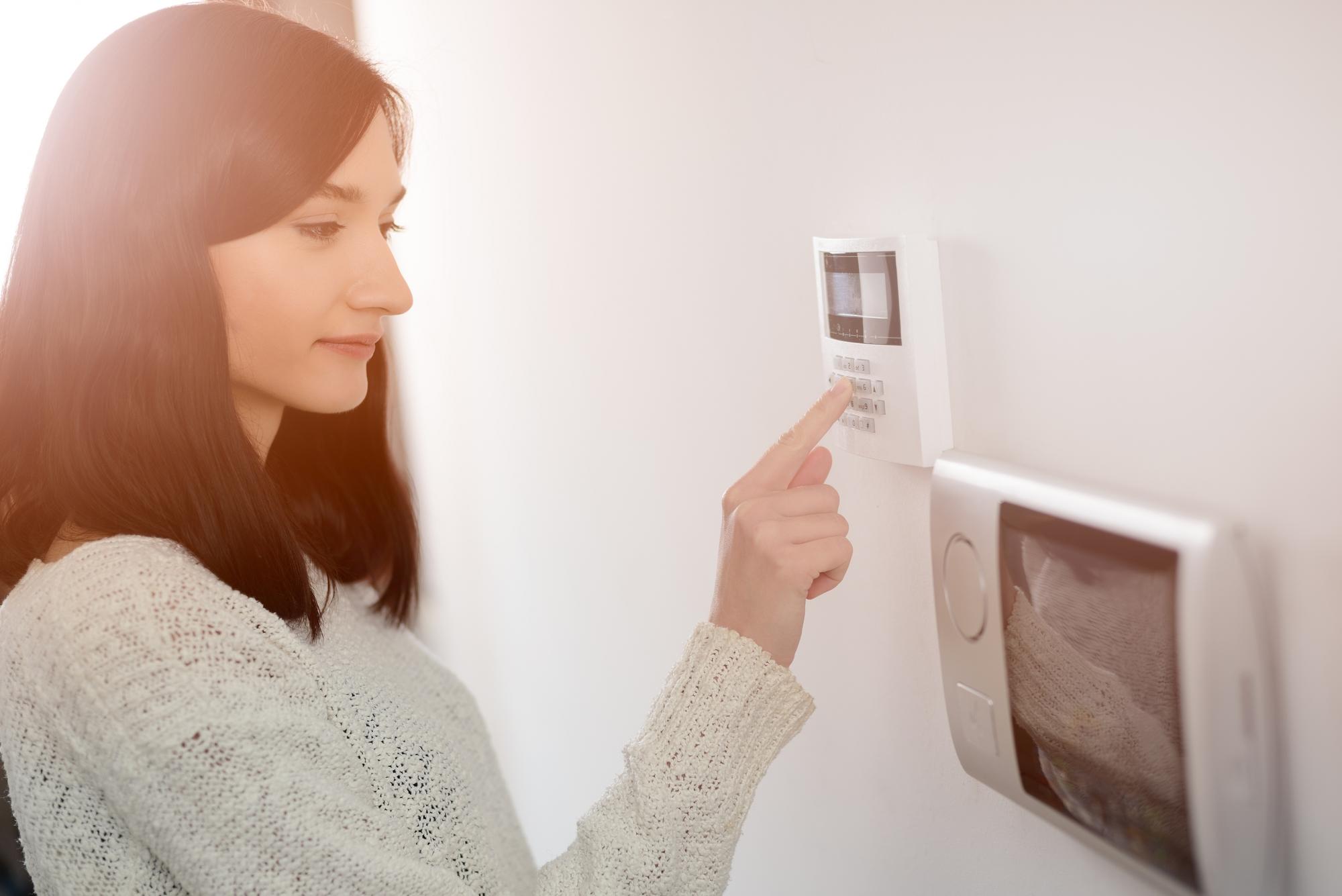 Kvinde håndterer alarm