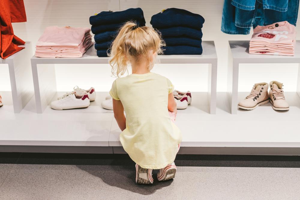 kvinde kigger på sko