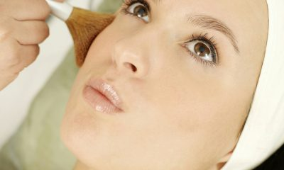 Smuk kvinde modtager behandling
