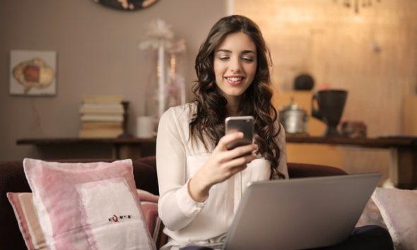 glad kvinde med mobil
