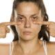 Kvinde med poser under øjnene