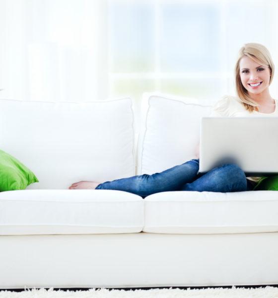 Kvinde sidder i sofa