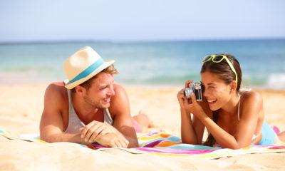 Par hygger på stranden