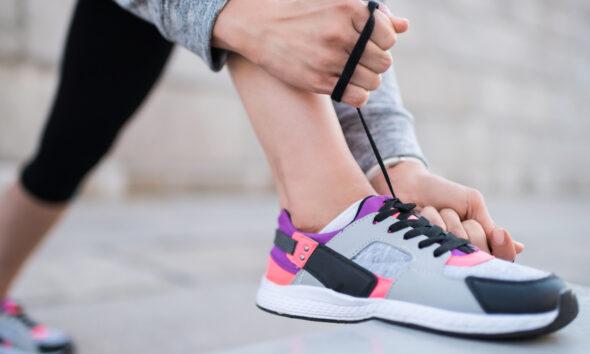 Kvinde iført sneakers